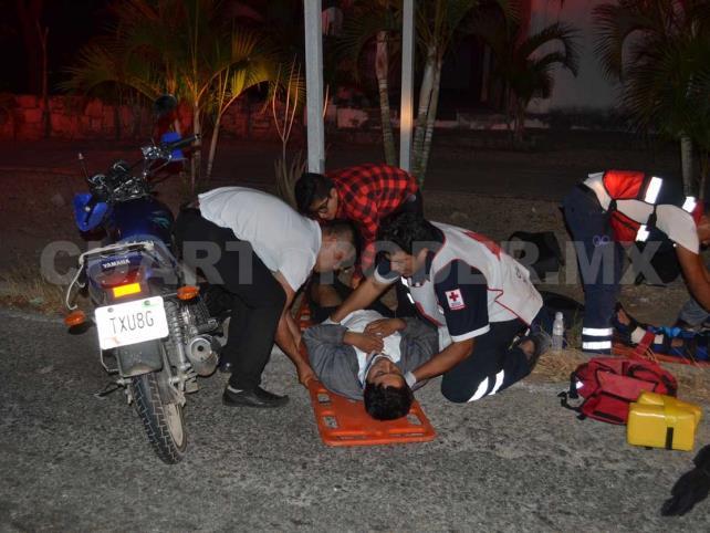 Motociclistas derrapan y terminan en el hospital