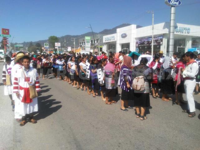 Estudiantes marchan por apertura de escuela