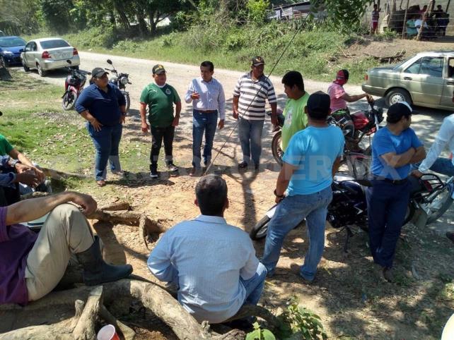 Con bloqueos, campesinos doblegan a Pemex