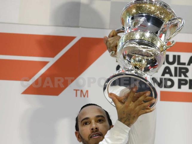 Hamilton aprovecha fallas de Ferrari