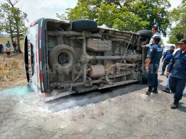 Tres lesionados en choque de colectivo contra tractor
