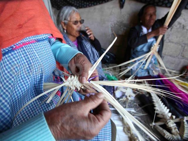 Tejedoras temen se esfume tradición