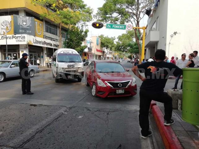 Un lesionado en choque de colectivo y sedán