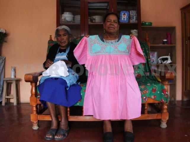 Madre e hija continúan bordando pese a la adversidad