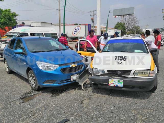 Taxista quedó prensado al sufrir un accidente vial