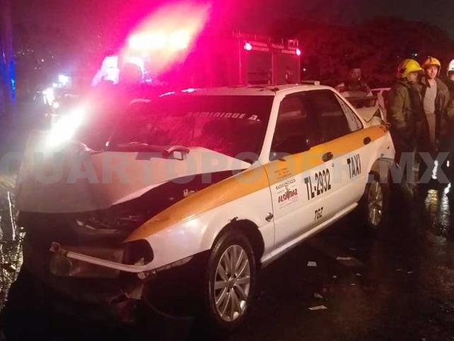 Dos lesionados al chocar taxi contra muro de contención