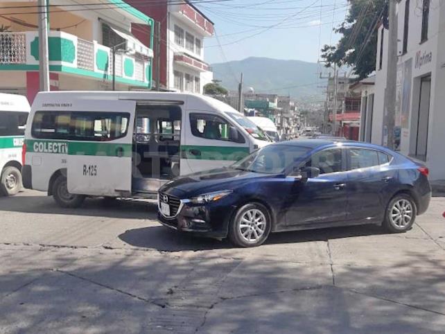 Choca colectivo y un Mazda en la zona centro de Tuxtla