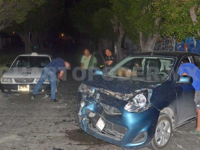 Acelerada conductora se estrella contra un taxi