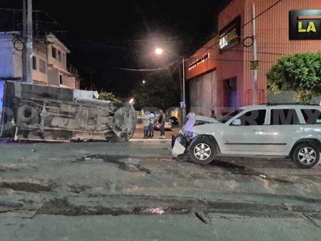 Choque de camionetas deja a persona herida