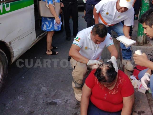 Combi embiste y lesiona a mujer en la zona Centro