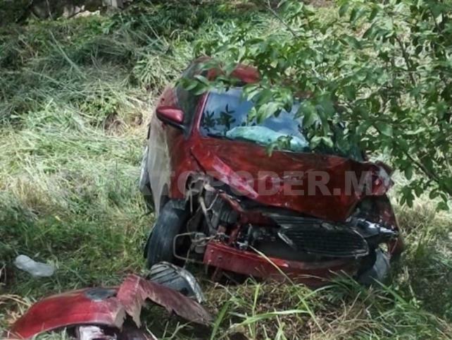 Conductor impacta y derriba poste; mujer resulta herida