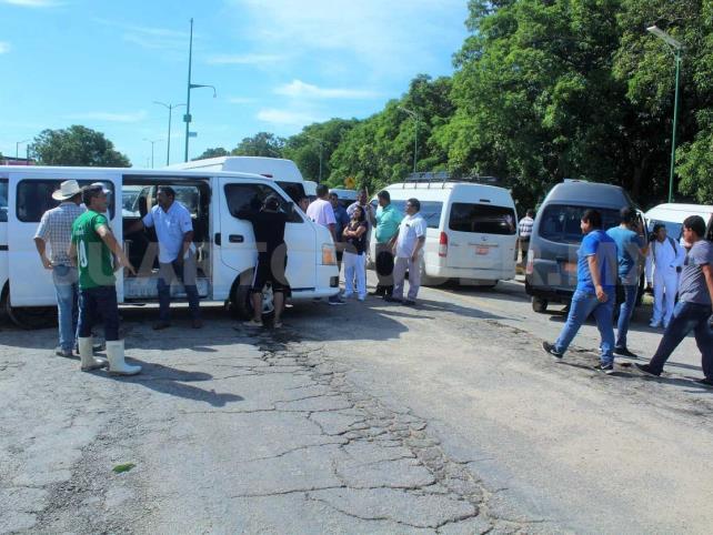 Transportistas cierran vía que conduce a Tonalá