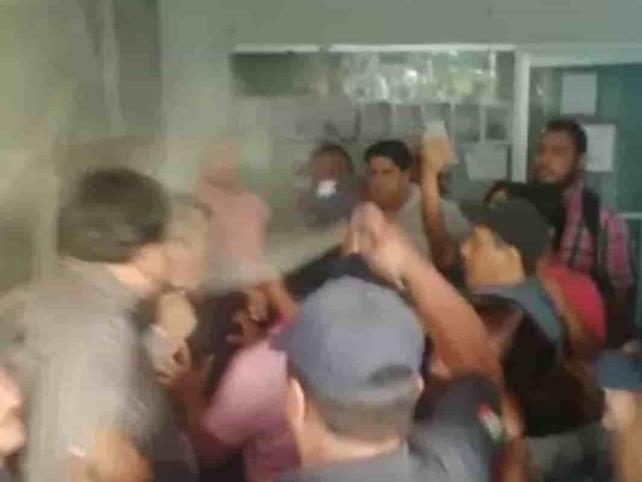 Trabajadores son gaseados por policías