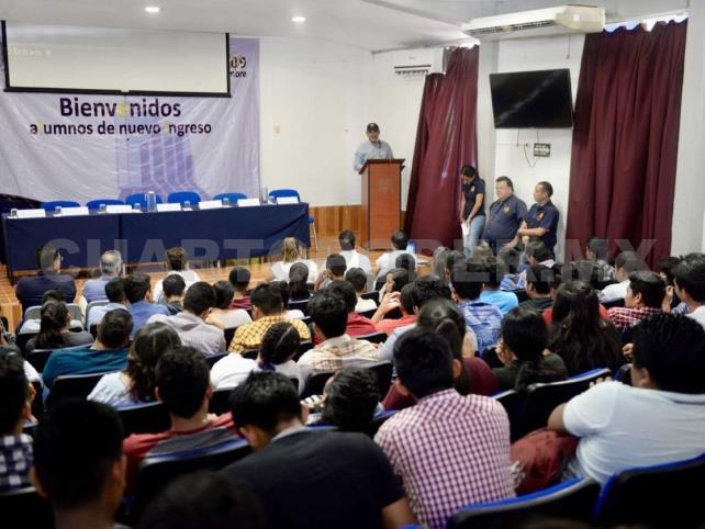 Se reúne rector con jóvenes de la Facultad Maya