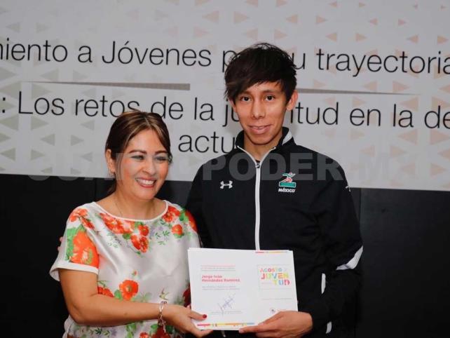 Hernández, presente en conversatorio