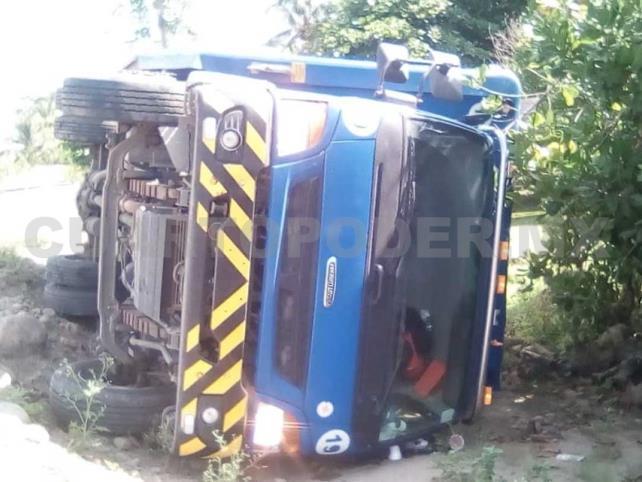 Camión de la Corona vuelca; dos lesionados