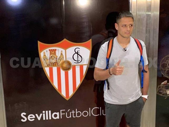 """""""Chicharito"""" llega a Sevilla; reportará tarde con el Tri"""