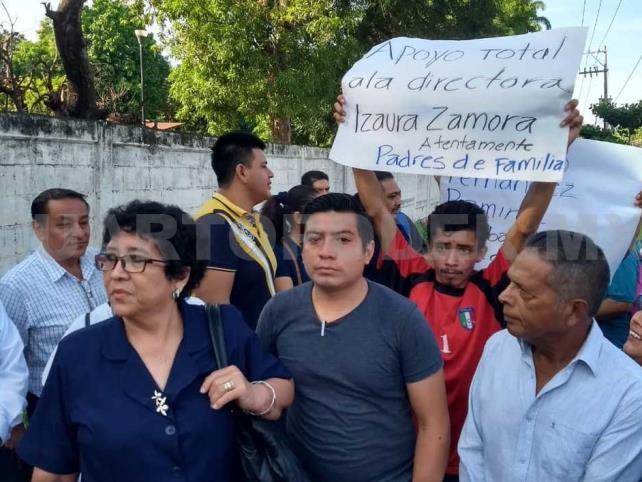 Padres de familia protestan contra maestros faltistas