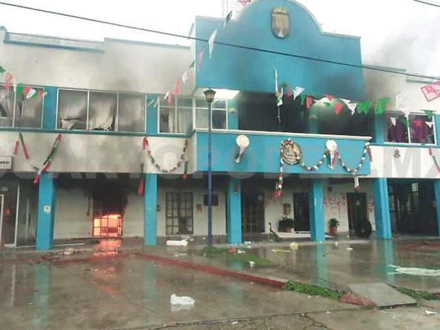 Pobladores queman presidencia por desalojo