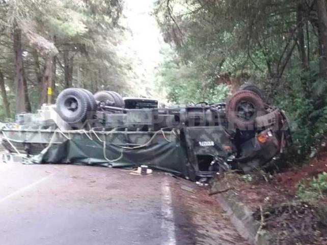 Vuelcan militares en la Sierra; cuatro heridos