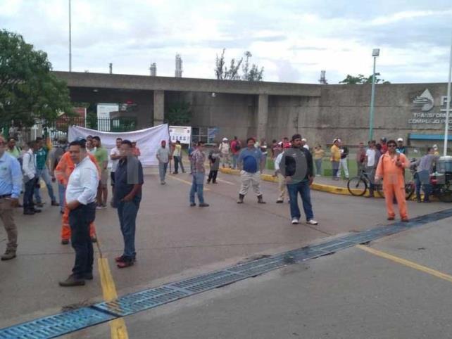 Obreros se manifiestan frente al complejo Cactus
