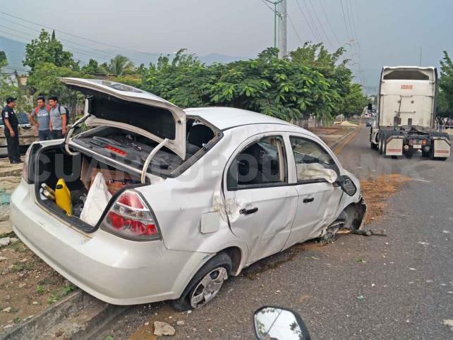 Dos lesionados al volcar un Chevrolet tipo Aveo