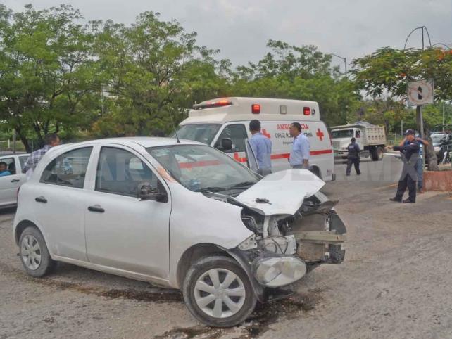Mujer queda lesionada en aparatoso accidente