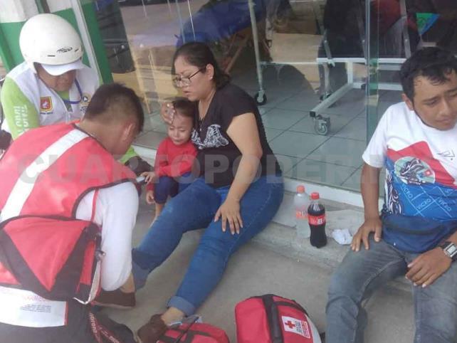 Taxista arrolla a familia que viajaba en moto