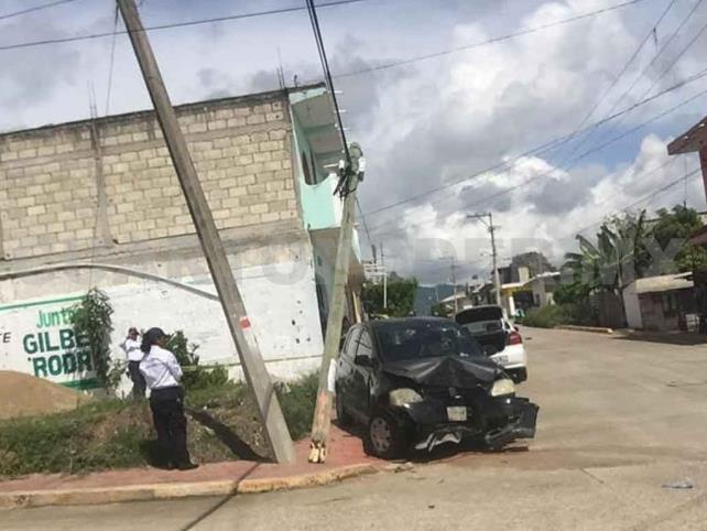 Veloz conductor destroza un poste