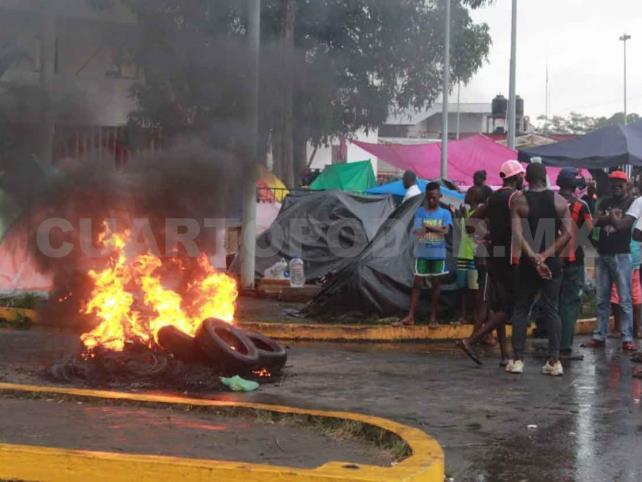 Se enfrentan africanos con PFP y GN; siete golpeados