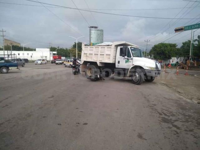 Motociclista arrollado por un camión de carga