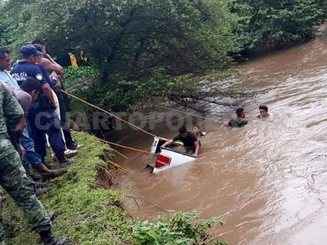 Muere tras caer con su camioneta en un arroyo
