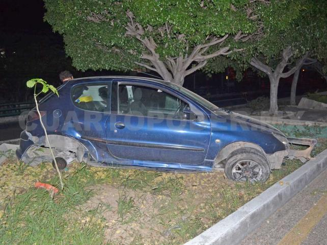 Abandonan Peugeot tras quedar sobre el camellón
