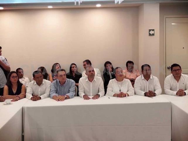 Renuncian 21 alcaldes y se van a Morena