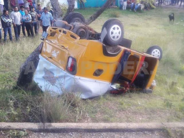 Tres heridos en volcadura de mototaxi