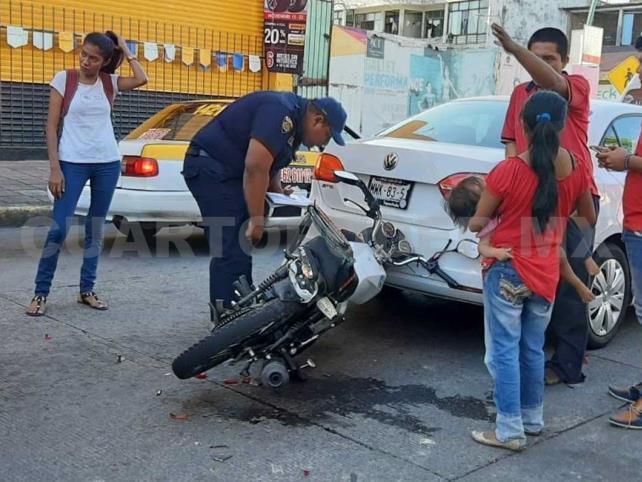 Aplastan vehículos a un motociclista