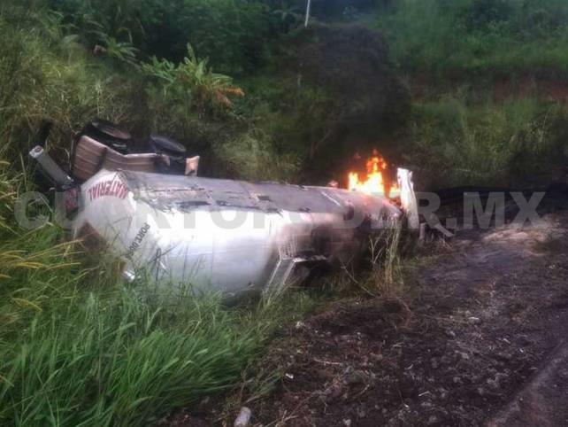 Se incendia pipa sobre la autopista