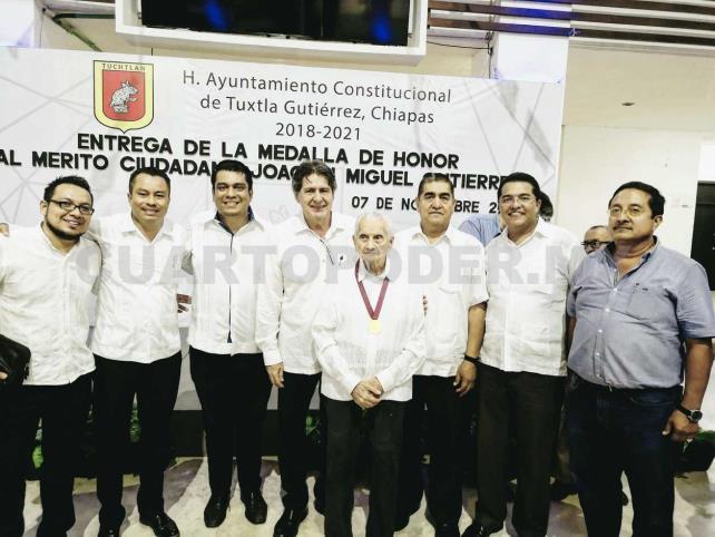 Fernán Pavía recibe Medalla de Honor
