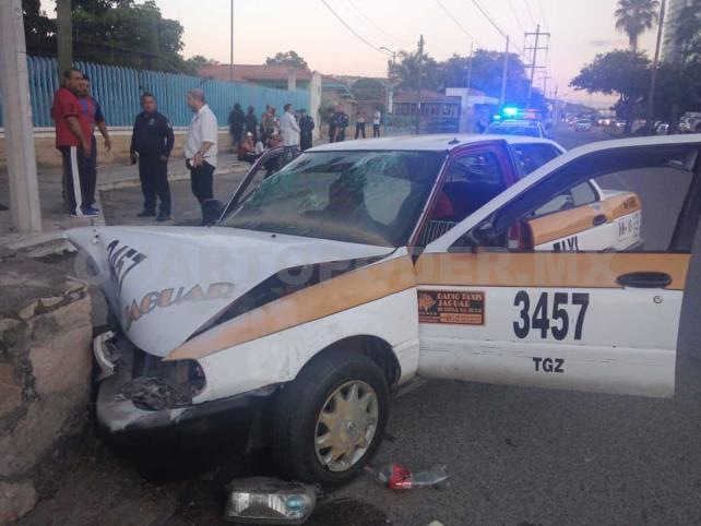Taxista se estrella contra muro; cinco lesionados