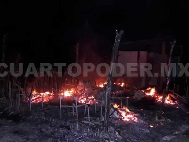 Delincuentes incendian escuela