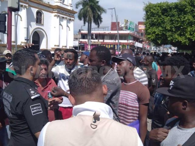 Migrantes realizan vendimias en parques