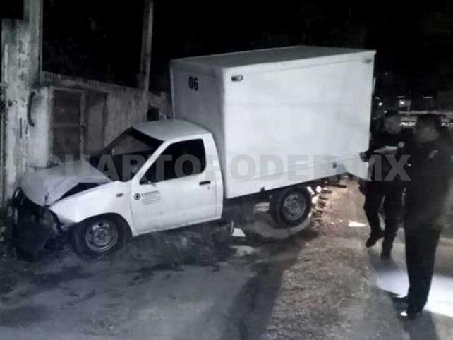 Destrozó su camioneta al estrellarse en poste