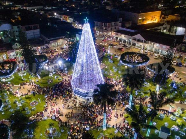 Inician fiestas decembrinas con gigante árbol navideño