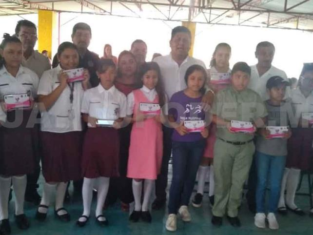 Entregan apoyo tecnológico a estudiantes de Reforma
