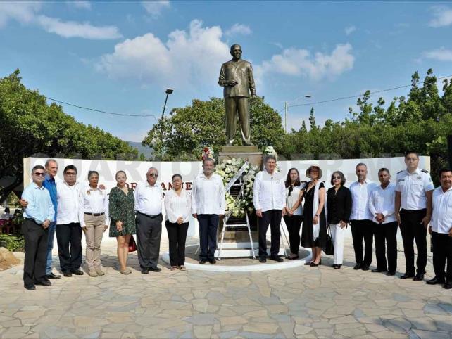 Realizan homenaje luctuoso a Manuel Velasco Suárez