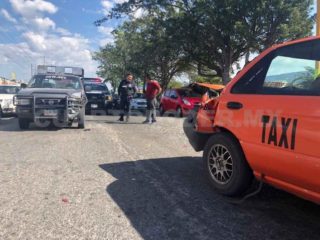 Estaquitas se estrella contra taxi en bulevar