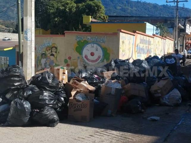 Inconformes tiran basura en la casa del alcalde