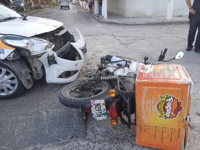 Taxista embiste a joven repartidor de comida