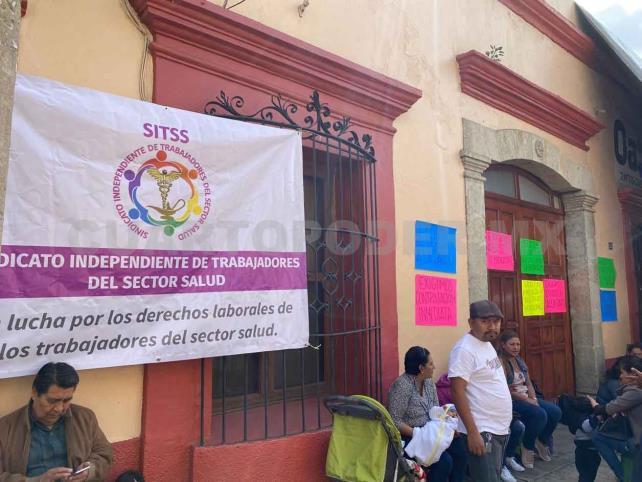 Protestan trabajadores por incertidumbre en Insabi
