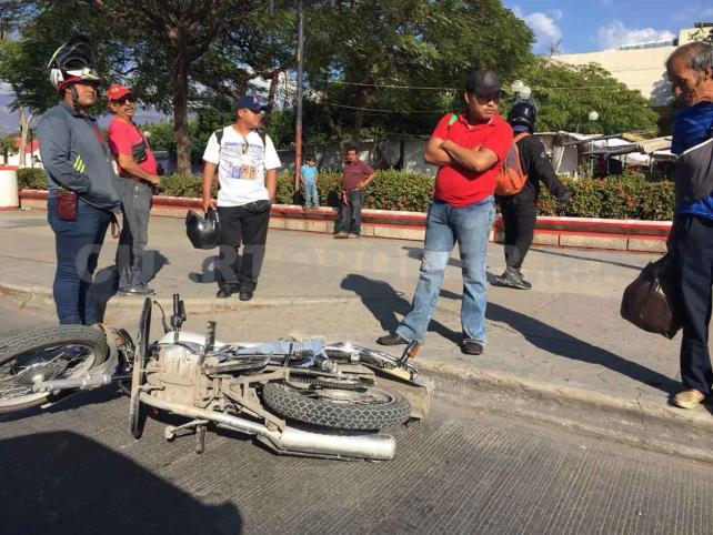 Camioneta impacta a motociclista y huye